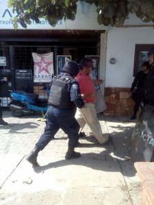 """Policías llevan detenido a un manifestante. Imagen tomada de """"Yo si soy Ayotzinapa""""."""