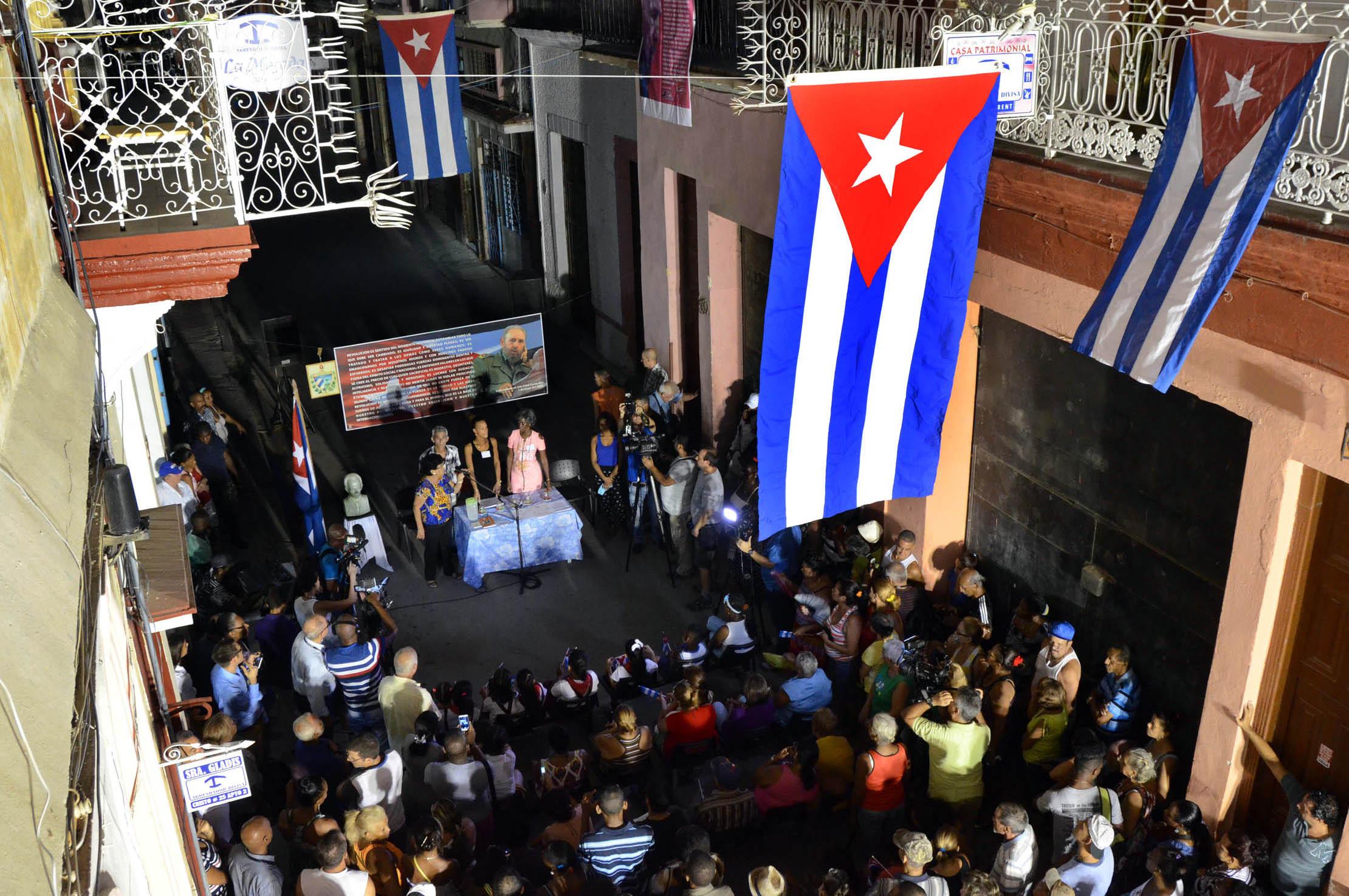 (170904) -- LA HABANA, septiembre 4, 2017 (Xinhua) -- Personas participan durante la postulación de candidatos para las elecciones generales, en el Consejo Popular Plaza Vieja, circunscripción 20, en el municipio Habana Vieja, en la Habana, Cuba, el 4 de septiembre de 2017. Cuba inicia el lunes con la postulación de candidatos, la primera etapa del proceso de elecciones generales, el cual despierta expectativas pues concluirá el año entrante con la designación por parte de los nuevos diputados al parlamento del sucesor del presidente Raúl Castro. (Xinhua/Joaquín Hernández) (jh) (da) (rtg)
