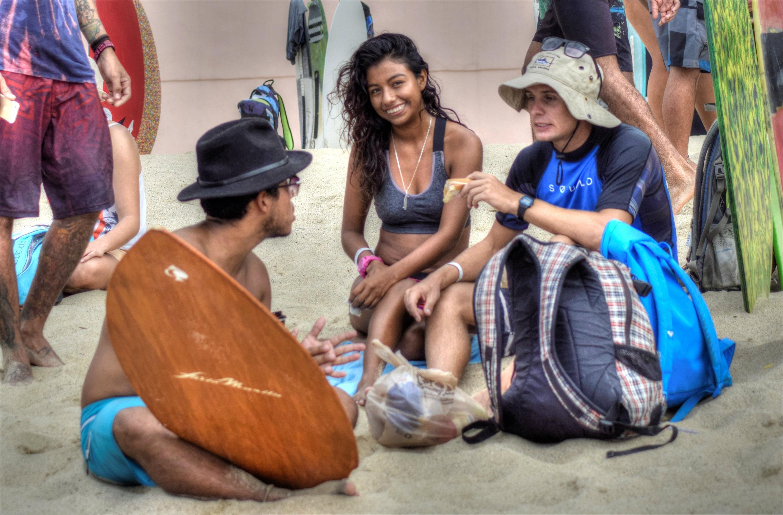 La práctica de skimboarding propicia un ambiente que facilita la interacción entre los jóvenes. Foto: Augusto López.
