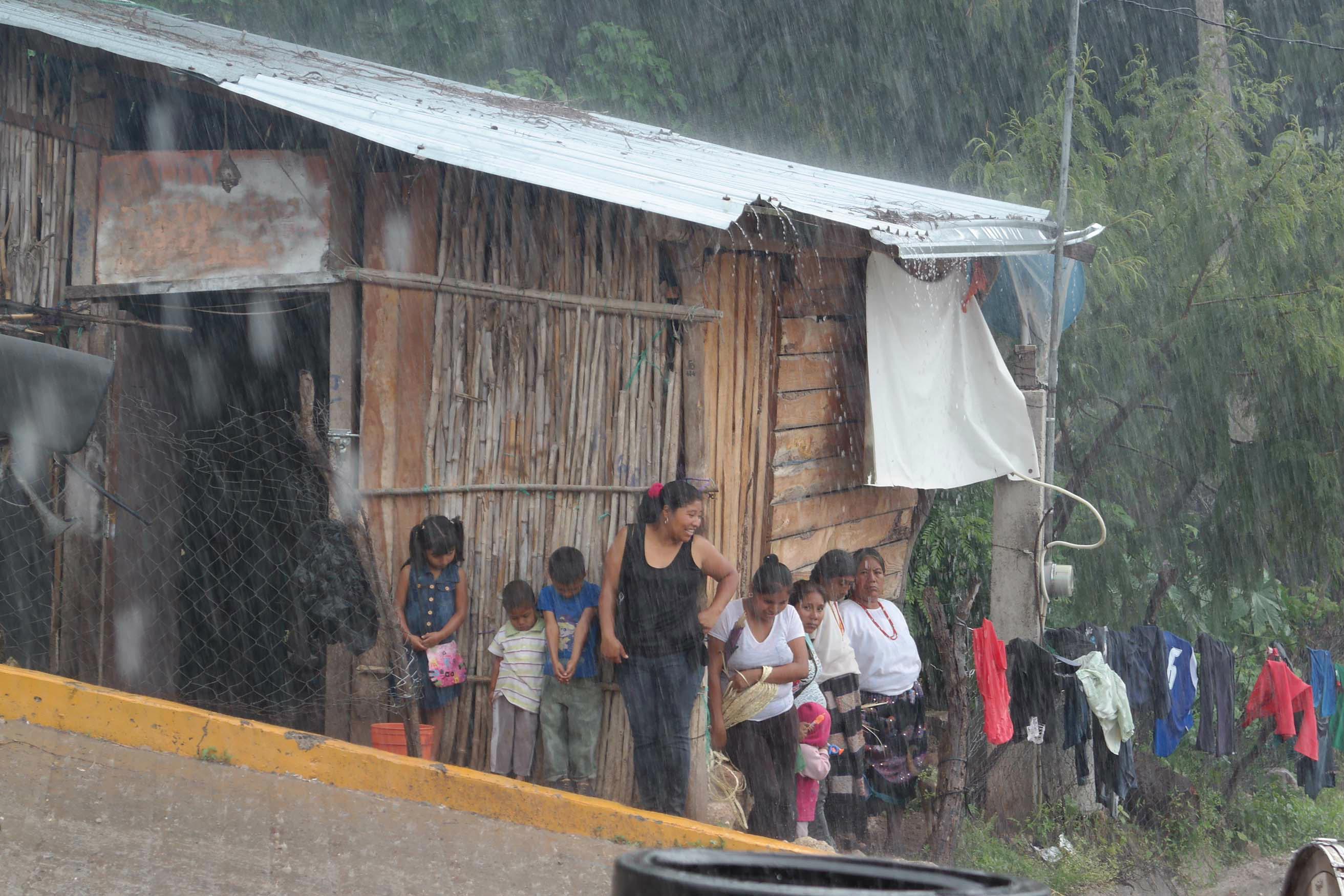 JL-lluvias-gente-se cubrerr