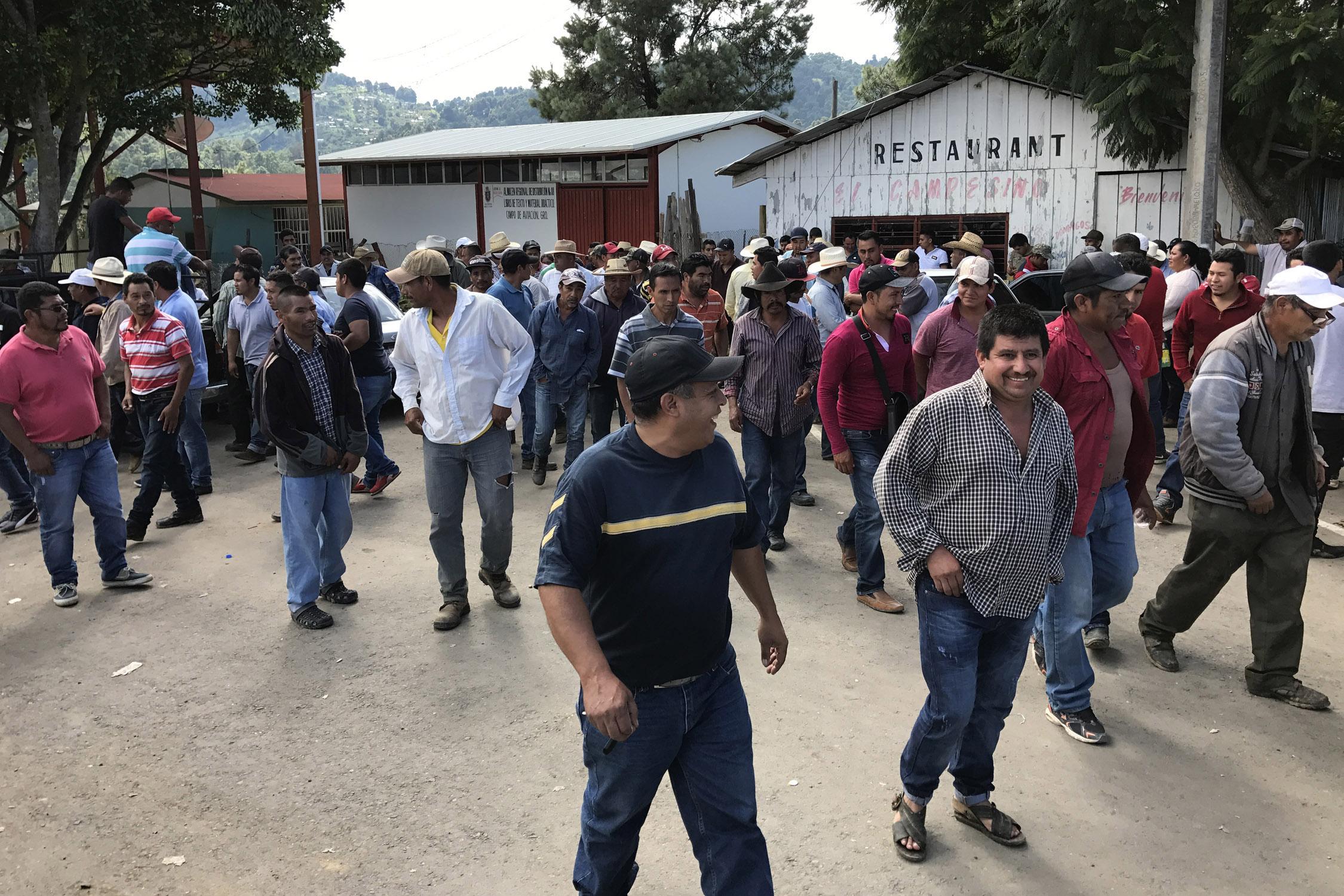 Comisarios y otros representantes de comunidades al finalizar la reunión en la comunidad de Campo de Aviación, en la sierra de Chichihualco, donde se formó una policía de ciudadanos de 18 comunidades de ese municipio y el de Zumpango t Foto: Lenin Ocampo