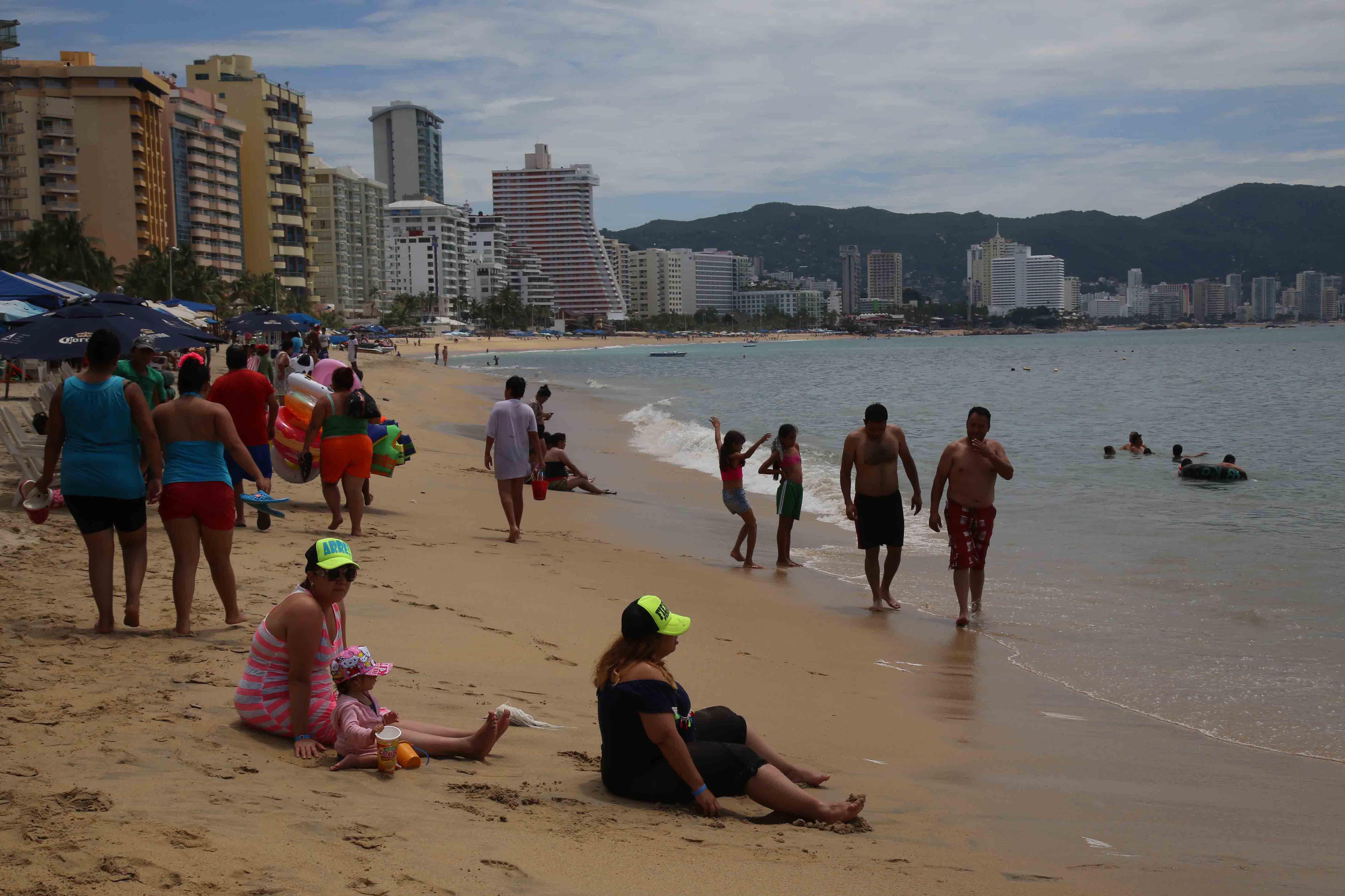 3-09-2017 Acapulco, Gro. Bañistas en la playa Papagayo, en donde ayer se vio poco turismo en playas de Acapulco.  Foto: Carlos Alberto Carbajal