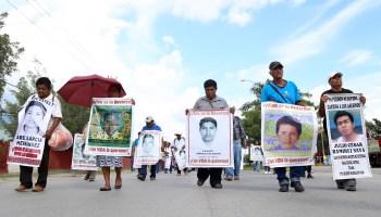 Estudiantes de la Normal Rural de Ayotzinapa durante la marcha que realizaran en la ciudad de Iguala para exigir la presentación con vida de sus 43 compañeros a 3 años de su desaparición. Foto: Jesús Eduardo Guerrero