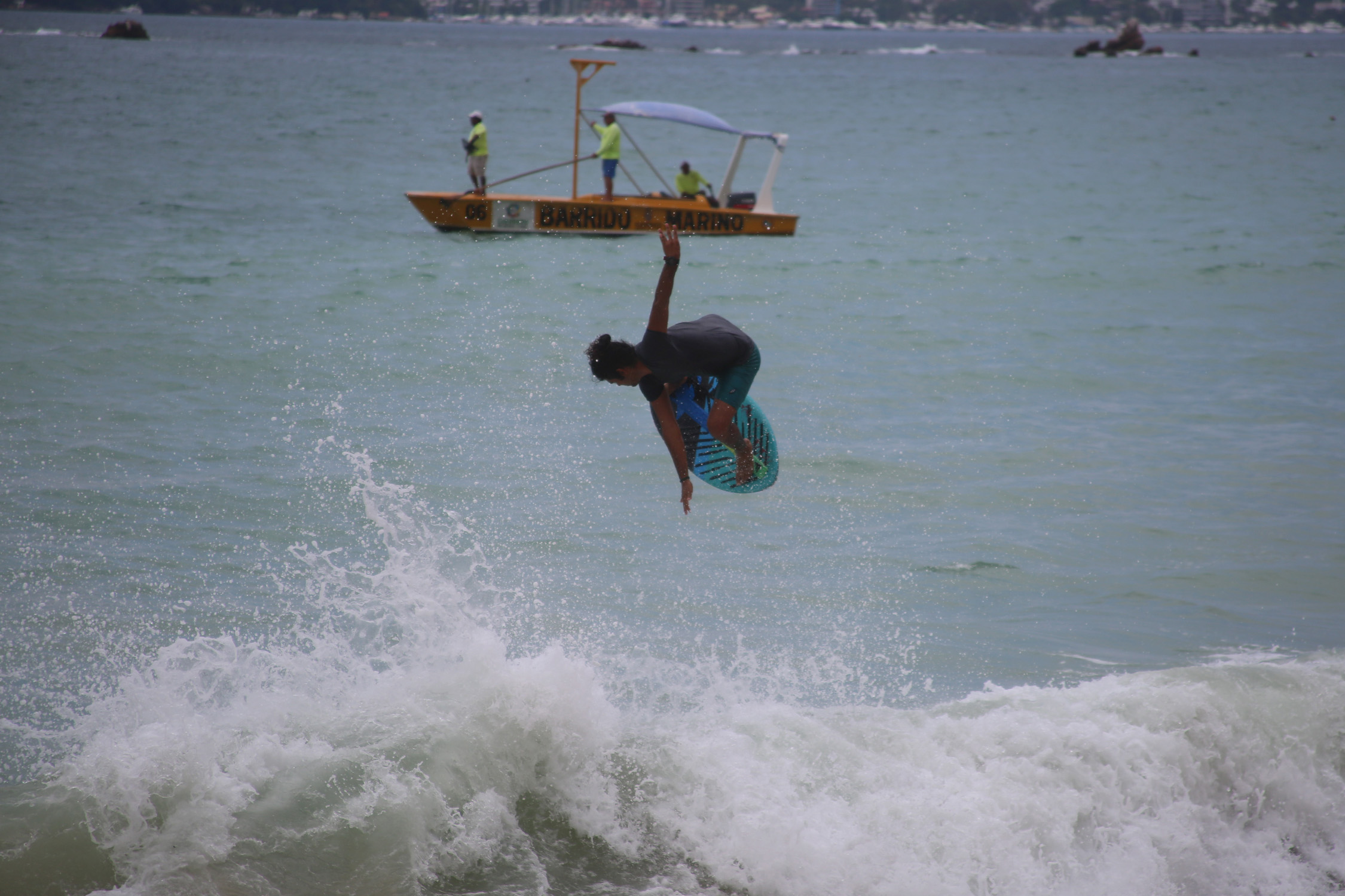 Acapulco,Gro/09septiembre2017/ Unos de los participante en el primer día de competencia del torneo Acaskim 2017, en la playa Bocana en Acapulco . Foto: Jesús Trigo