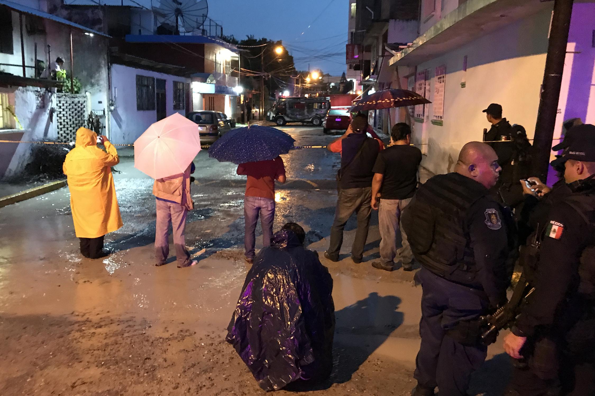 Ataque armado en el sitio de combis de Tlacotepec en Chilpancingo. Donde quedo un hombre muerto una urvan incendiada. Foto: Lenin Ocampo Torres