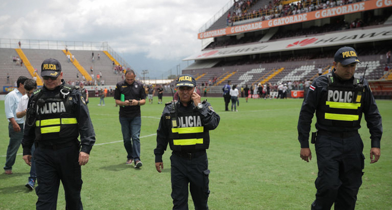 policias en estadio