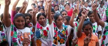 Mujeres na savi de Río Iguapa votan para que sea contratada una enfermera bilingüe, vecina de la comunidad, durante la visita del secretario de Salud, Carlos de la Peña, el jueves. Foto: Jesús Trigo
