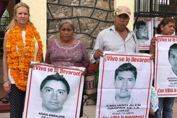Kerry Kennedy con padres de los 43 estudiantes desaparecidos, con quienes se reunió en la Normal Rural de Ayotzinapa. Foto: Lenin Ocampo Torres