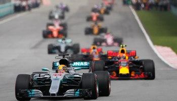 El piloto británico de Fórmula Uno Lewis Hamilton (R) de Mercedes AMG GP lidera la carrera durante el Gran Premio de Fórmula Uno de Malasia en el Circuito Internacional de Sepang, cerca de Kuala Lumpur, Malasia, 01 de octubre de 2017 (Fórmula Uno, Malasia) EFE / EPA / FAZRY ISMAIL