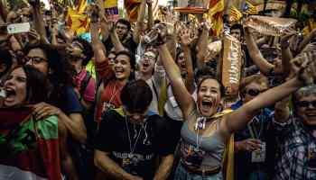 Personas reaccionan durante la votación del Parlamento de Cataluña, en Barcelona, España, el 27 de octubre de 2017. El Parlamento de la comunidad autónoma española de Cataluña aprobó el viernes con 70 votos a favor, 10 en contra y dos en blanco, una resolución para declarar la independencia de esa región del resto de España. (Xinhua/Matthias Oesterle/ZUMAPRESS) (jg) (fnc)
