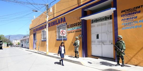En el colegio Morelos de Chilapa, donde sí hubo clases, se observó la presencia de soldados del Ejército. La escuela está en el centro de esa cabecera municipal. Foto: Eric Chavelas Hernández