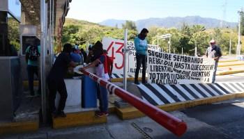 Normalistas durante las protestas en la caseta de Palo Blanco de la Autopista del Sol para exigir la presentación con vida de los 43 estudiantes de Ayotzinapa desaparecidos. Foto: Jesús Eduardo Guerrero