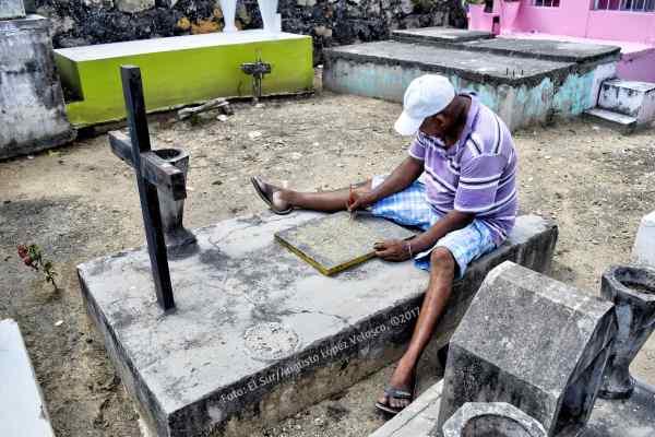 Por 30 pesos un lugareño realiza el pintado, en dorado, de un mensaje en una tumba. Foto: Augusto López Velasco