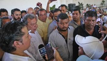 Padres de los 43 normalistas de Ayotzinapa desaparecidos reclama al ex gobernador Ángel Aguirre Rivero por la desaparición de sus hijos durante su mandato, en su arranque de precampaña para diputado federal por el PRD en Ayutla. Foto: Carlos Alberto Carbajal