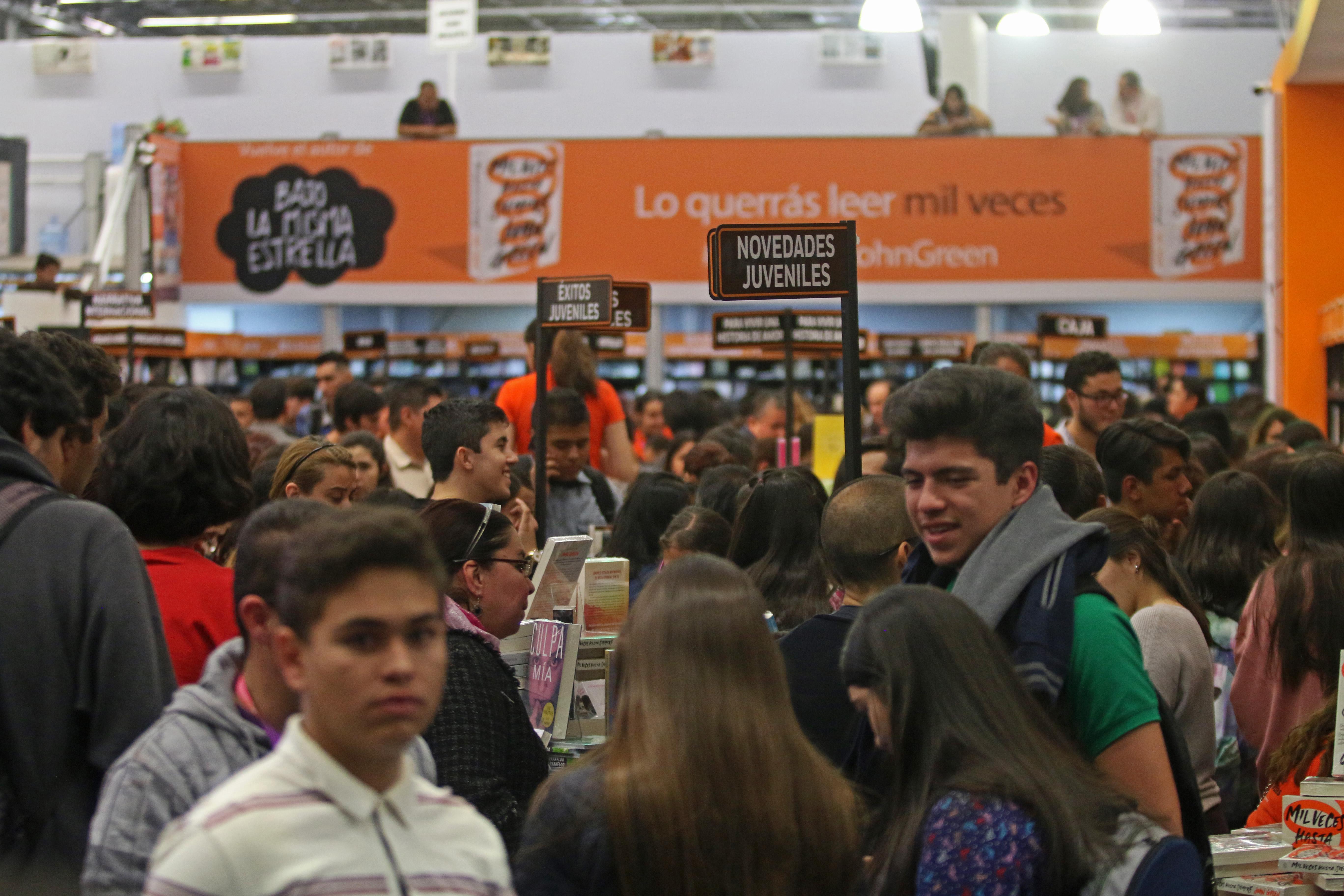 23112018-GUADALAJARA, JALISCO, 01NOVIEMBRE2017.- Esta tarde en los pasillos de la feria se pudo observar una buena afluencia de personas, esto en el marco de la edición 31 de la Feria Internacional del Libro de Guadalajara (FIL), que se lleva a cabo en las instalaciones de la Expo y en donde el invitado de Honor es Madrid. FOTO: FERNANDO CARRANZA GARCIA / CUARTOSCURO.COM