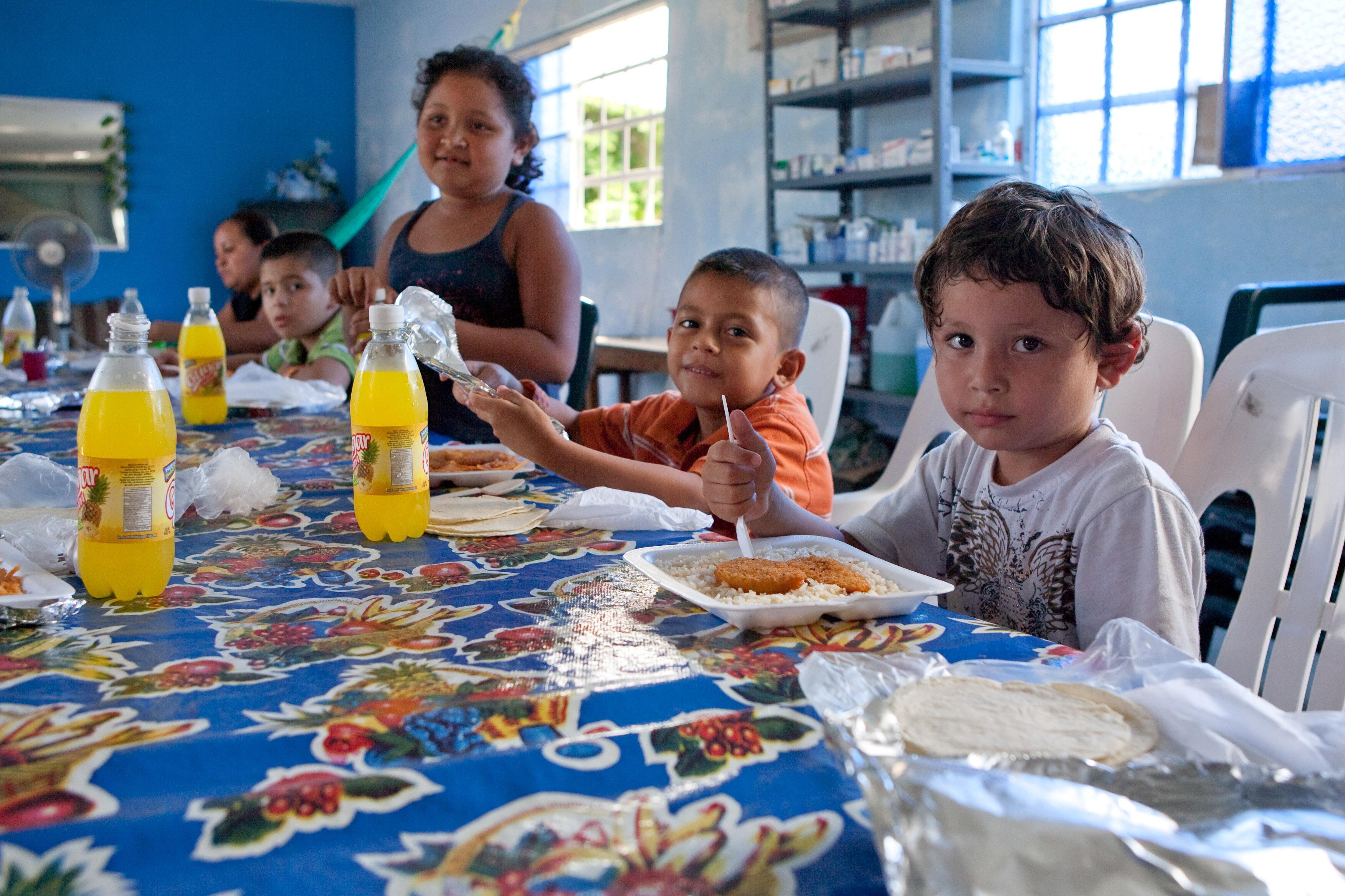 """25092018-TENOSIQUE, TABASCO, 24AGOSTO2011.-Migrantes provenientes de Guatemala, El Salvador y Honduras son atendidos en la """"Casa del Migrante el 72"""", donde les proveen de alientos, medicamentos, ropa y un espacio donde descansar; lo anterior en su caminata por este país para concluir su sueño americano en los Estados Unidos. En este grupo de centroamericanos llegaron infantes, mujeres embarazadas y ancianos denunciando que en su recorrido tuvieron que resguardarse entre las veredas montañosas ya que se percataron que un numeroso de personas armadas en varias camionetas intentaban secuestrarlos. FOTO: MARCO POLO GUZMÁN HERNÁNDEZ/CUARTOSCURO.COM"""