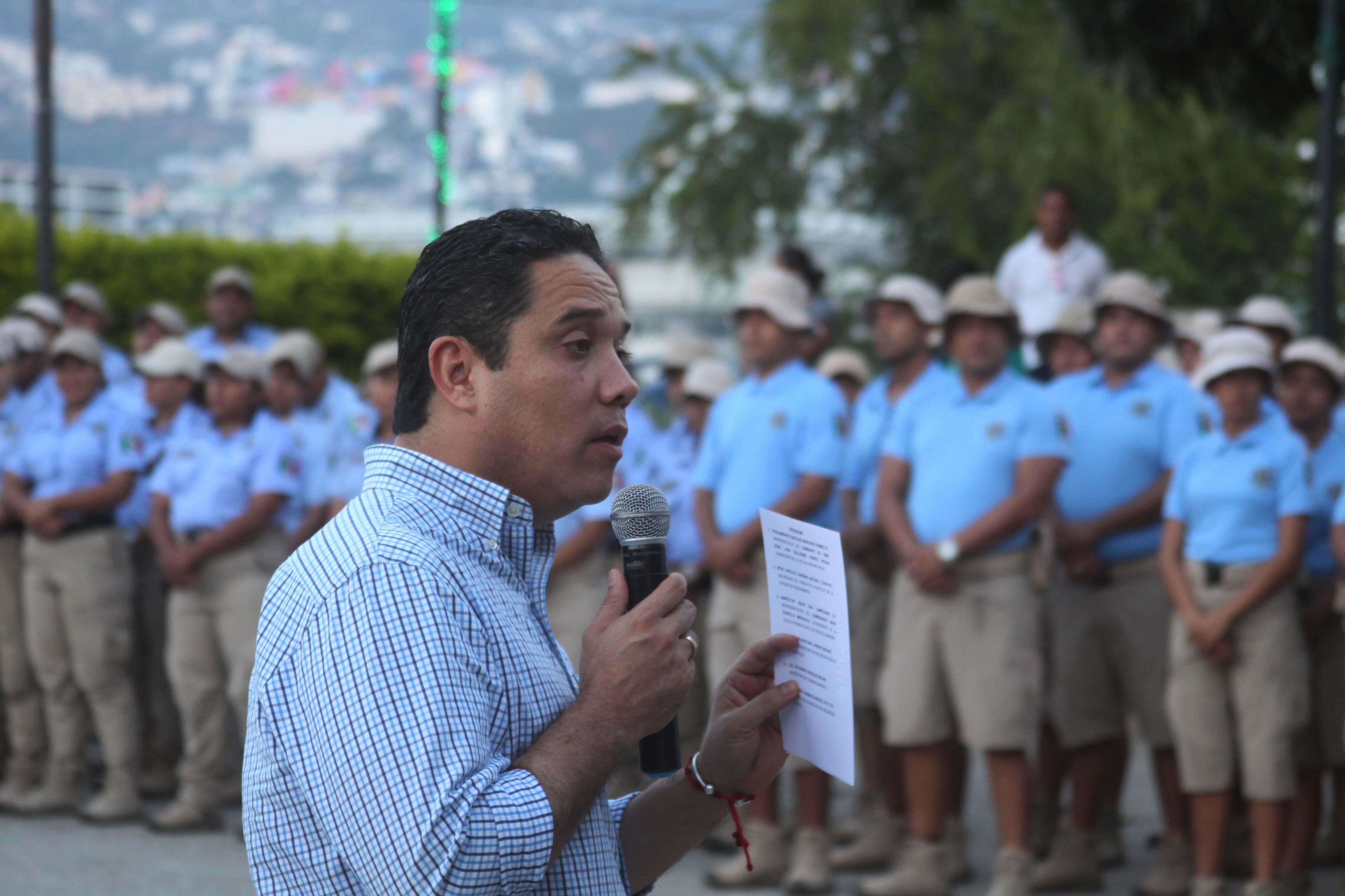 Acapulco,Gro/20diciembre2017/ El alcalde de Acapulco, Evodio Velázquez  al dar su mensaje  en el evento de graduación del curso inicial de la tercera generación de Asistentes Turísticos , en el parque de la Reina. Foto: Jesús Trigo