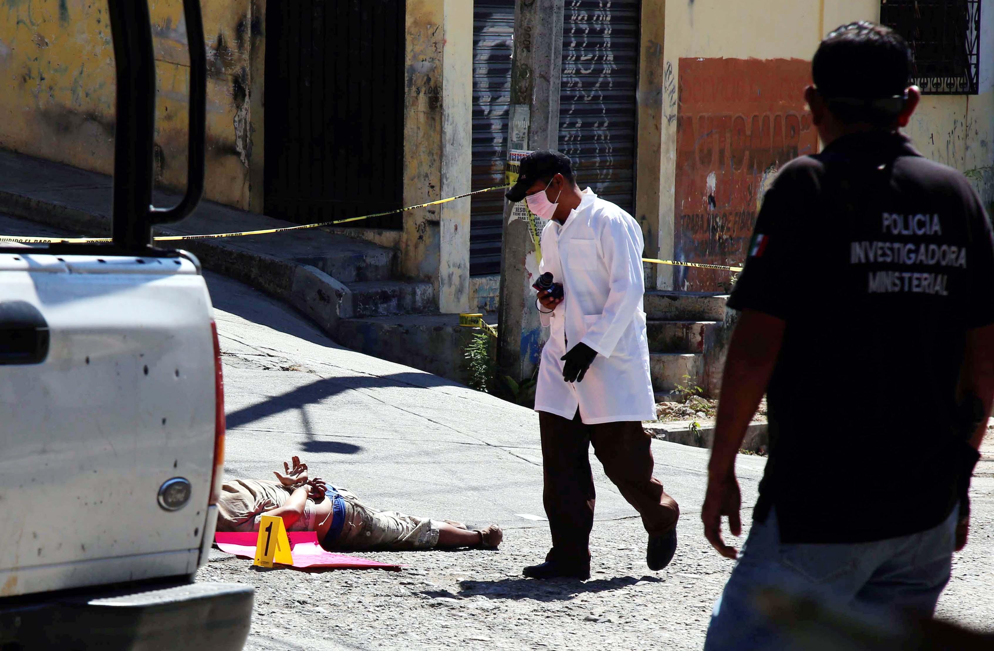 14-Febrero-2018 Acapulco, Gro. El cuerpo del hombre asesinado y junto a él dejaron un narco mensaje, en la colonia 20 de Noviembre de Acapulco   . Foto: Carlos Alberto Carbajal