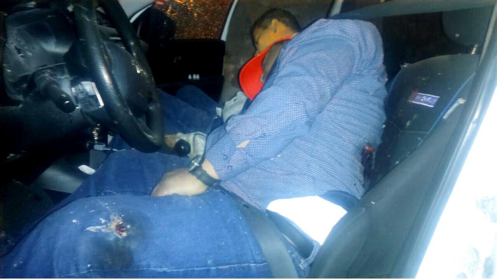 s-sacerdotes-germain-muñoz-ivan-anorve-ejecutados-dentro-camioneta.jpg: Taxco, Gro. 04Febrero2018. / La camioneta Toyota Hilux en la que viajaban los sacerdotes Germain Muñoz García, de 40 años e Iván Añorve Jaime, de 40 años, quienes fueron ejecutados a balazos la madrugada de ayer en Taxco cuando regresaban de un baile realizado en la comunidad de Juliantla. En el ataque otras tres personas, entre ellos una joven mujer, resultaron lesionados por las balas y una más resultó ilesa. Foto: El Sur.