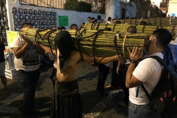 Este jueves, penitentes cargados de hatos de ramas espinosas, o encruzados, miembros de diferentes cofradías de la ciudad, participan en la procesión del Jueves Santo en Taxco. Foto: Lenin Ocampo