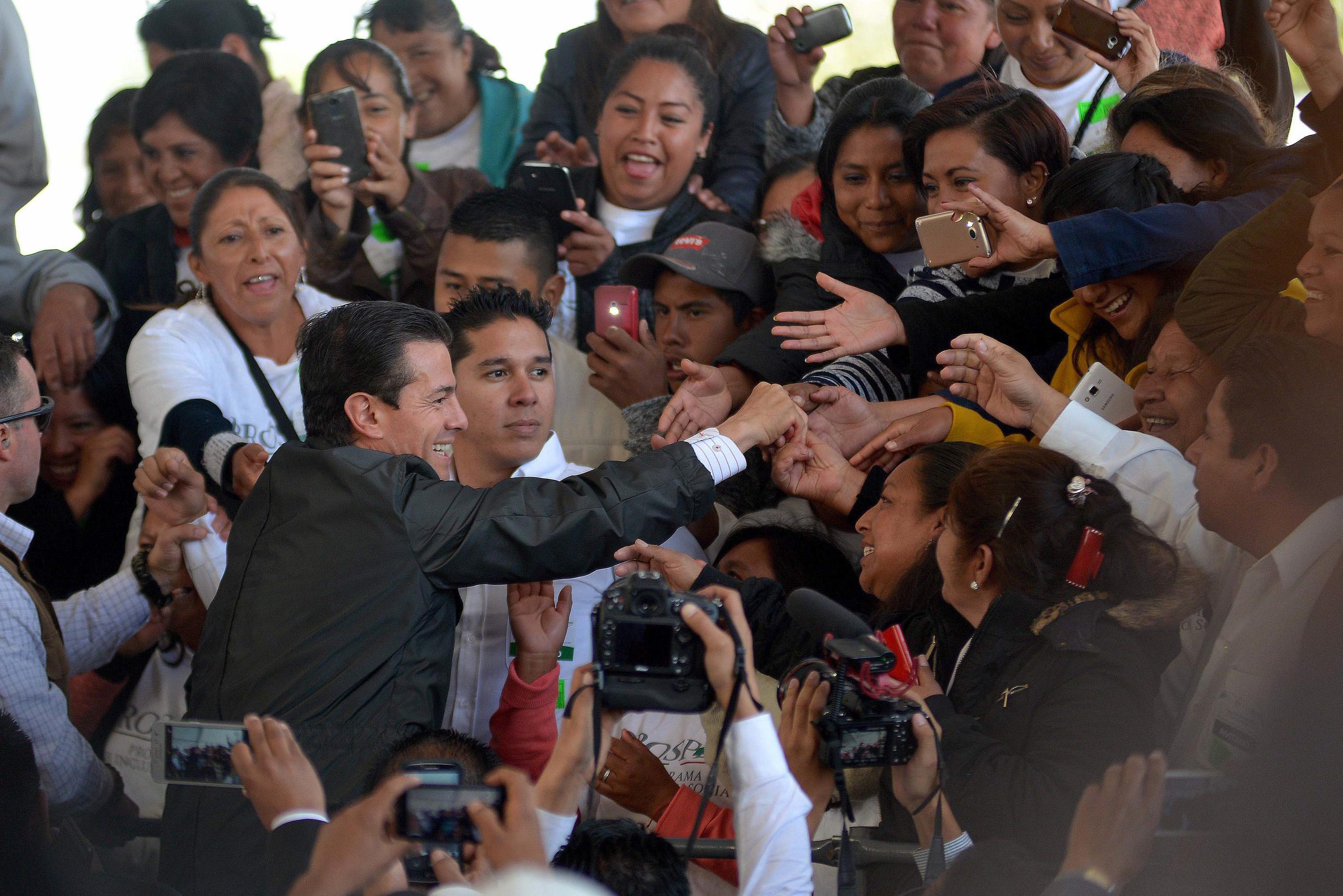 SAN ANTONIO LIMÓN, VERACRUZ, 13MARZO2018.- Enrique Peña Nieto, Presidente de México, saluda a los asistentes durante la inauguración del Almacén Granelero de Diconsa. FOTO: ALBERTO ROA /CUARTOSCURO.COM