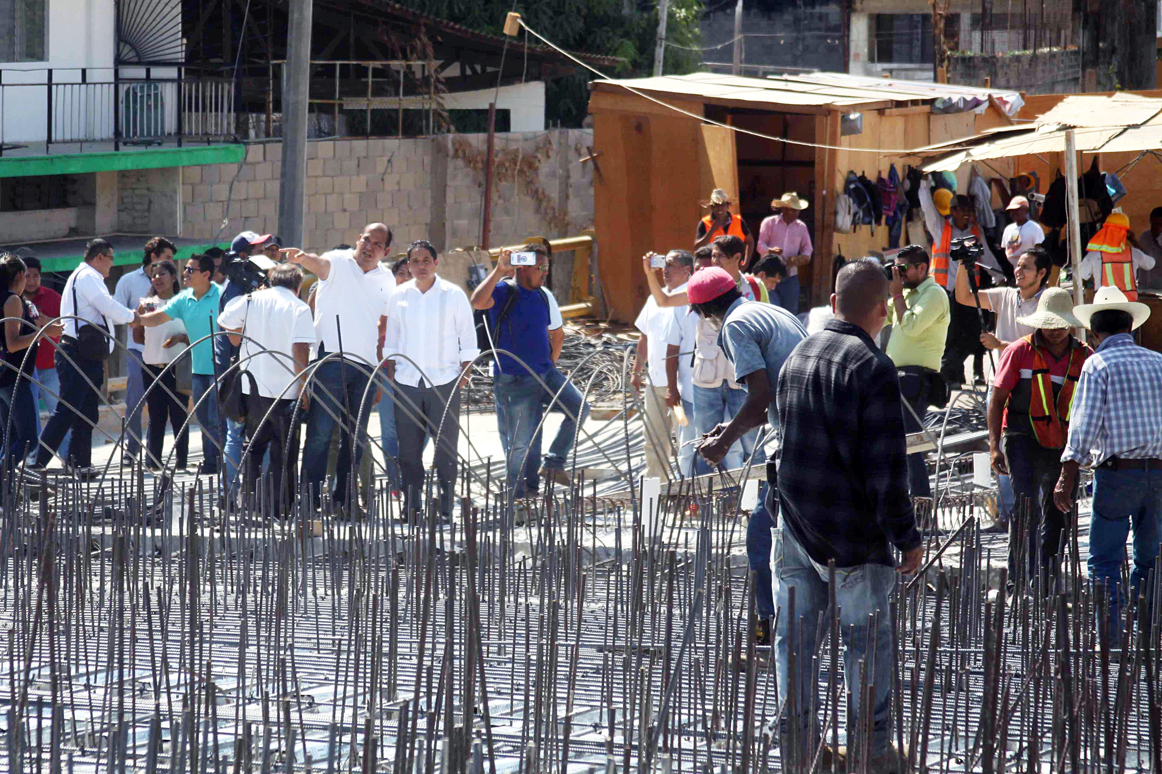Acapulco,Gro/13marzo2018/ El alcalde de Acapulco, Evadió Velázquez en los trabajos de la ampliación del puente elevado de la Vía Rápida frente la Mercado central de Acapulco. Foto: Jesús Trigo