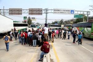 Estudiantes de la Normal Raúl Isidro Burgos de Ayotzinapa bloquearon una hora y media la Autopista del Sol en el crucero con la carretera federal, para exigir la salida de tres maestros y que la Secretaría de Educación Guerrero (SEG) no destituya al director, Víctor Gerardo Díaz, quien fue propuesto por la base estudiantil. Foto: Jesús Eduardo Guerrero