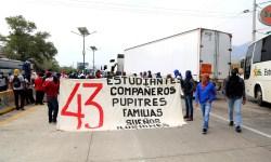 Estudiantes de la Normal Rural Raúl Isidro Burgos de Ayotzinapa bloquean la Autopista del Sol, frente al hotel Parador del Marqués, al sur de Chilpancingo, para exigir una mesa de diálogo con el secretario de Educación, José Luis González de la Vega Otero. Foto: Jesús Eduardo Guerrero
