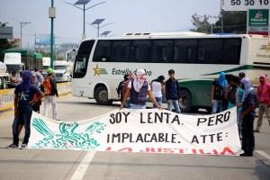 Estudiantes de la Normal Rural Raúl Isidro Burgos de Ayotzinapa bloquearon una hora y media la Autopista del Sol en la salida sur de Chilpancingo, para exigir a la Secretaría de Educación Guerrero la destitución de tres profesores a los que acusan de provocar conflictos entre los estudiantes. Foto: Jesús Eduardo Guerrero
