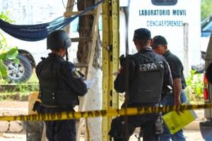 Policías y agentes de la Fiscalía en Ciencias Forenses de Tierra Colorada en las diligencias de ley del asesinato de un hombre en El Ocotito. Foto: José Luis de la Cruz