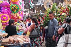 El pasillo de venta de arreglos florales y cortinas de papel para la celebración del Día de las Madres, en el mercado Baltazar R. Leyva Mancilla de Chilpancingo. Foto: Jessica Torres Barrera