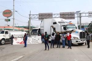 Estudiantes de la Normal Rural Raúl Isidro Burgos de Ayotzinapa bloquean los cuatro carriles de la Autopista del Sol, al sur de Chilpancingo; exigen la destitución de tres maestros a quienes acusan de hacer una campaña contra el Comité Estudiantil. Foto: Jesús Eduardo Guerrero