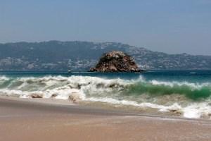 Aspecto del fuerte oleaje causado por el fenómeno del mar de fondo en la playa El Morro. Foto: Carlos Alberto Carbajal