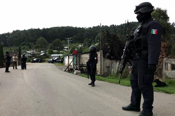 Policías estatales vigilan la calle principal de Corralitos, municipio de Leonardo Bravo, donde al menos 80 familias salieron huyendo a causa de la violencia. Foto: Lenin Ocampo Torres