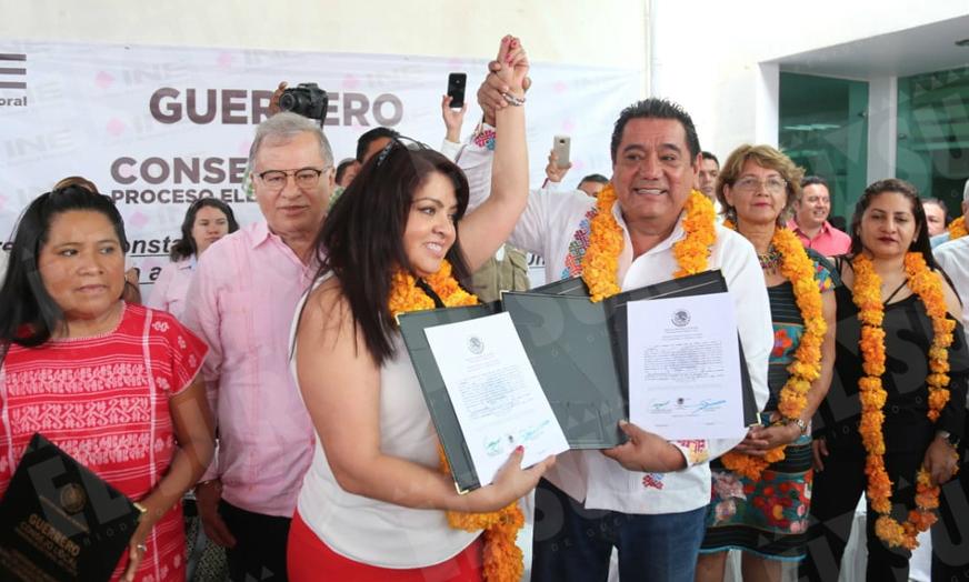 INE local entrega a Nestora Salgado constancia de mayoría como senadora