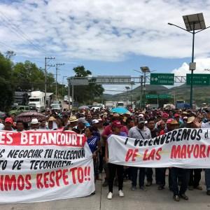 Simpatizantes del ex candidato de Morena a alcalde de Tecoanapa, Henos Roque Ramírez, bloquean los cuatro carriles de la Autopista del Sol en Chilpancingo para denunciar un fraude electoral y exigir que se respete la elección. Foto: Lenin Ocampo Torres