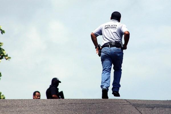 Policías ministeriales recorren la calle Sonora en la céntrica y populosa colonia Progreso, en busca de hombres armados que hicieron disparos, y donde resultó herida una menor de edad. Foto: Carlos Alberto Carbajal