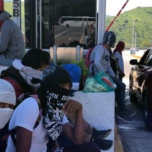 Normalistas de Ayotzinapa en la toma de la caseta de Palo Blanco de la Autopista del Sol donde repartieron volantes a los automovilistas, a cuatro años de la desaparición de sus 43 compañeros. Foto: Lenin Ocampo Torres