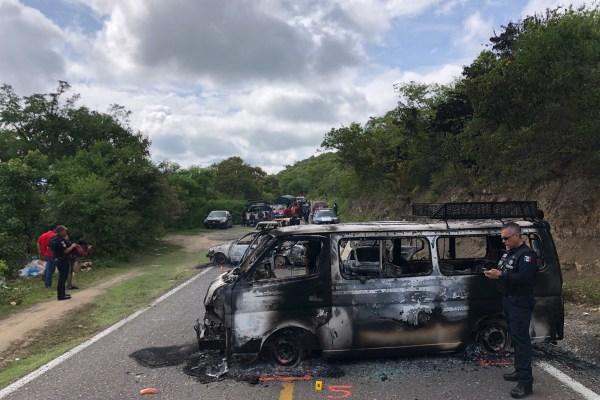 Vehículos incendiados por un grupo de hombres armados con los que bloquearon la carretera Xochipala-Tlacotepec y atacaron varias poblaciones. Foto: Lenin Ocampo Torres