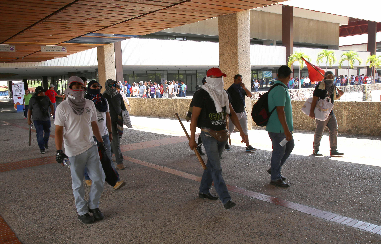 Maestros integrantes de la avanzada de la CETEG se retiran del Centro Internacional Acapulco, luego de irrumpir en el foro. Foto: Carlos Alberto Carbajal