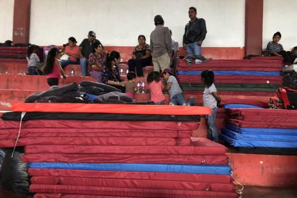 Colchonetas enviadas por el gobierno del estado para que los desplazados duerman en el auditorio de Chichihualco, luego de que escaparon de la violencia en Filo de Caballos. Foto: Lenin Ocampo Torres