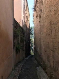 Cahors - vieille ruelle descendant sur le Lot