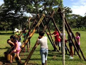 estudiantes-de-la-ucr-ayudan-a-construir-comunidad