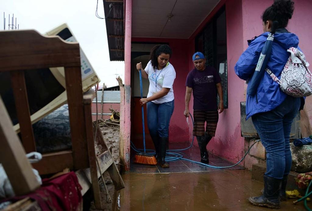 Brigadas de atención psicosocial dan soporte psicológico en Upala, luego del paso del Huracán Otto sobre la localidad.