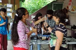 Las mujeres participantes utilizaron sus conocimientos para montar el equipo de audio necesario para la transmisión. Foto: Angélica Castro.