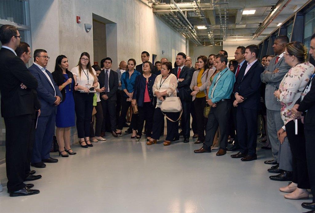 Las autoridades de las cinco vicerrectorías de la UCR recibieron a la comitiva legislativa para darle la bienvenida y conversar brevemente sobre las particularidades generales que tiene la Universidad (foto: Laura Rodríguez).