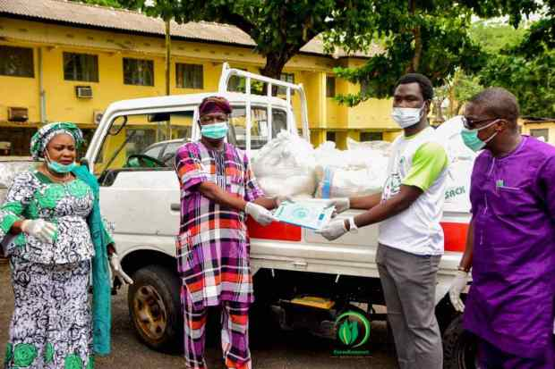 COVID-19: Farmkonnect Give Out Food Stuffs To 1200 Families In Oyo And Osun States