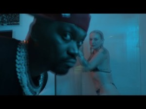 VIDEO: Busy Signal - Bruk Dung Di Bed