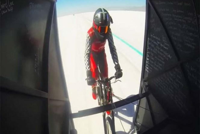 Ciclista logra pedalear más rápido que un avión al despegar