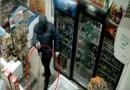 Mujer ahuyenta a ladrón armado con un trapeador